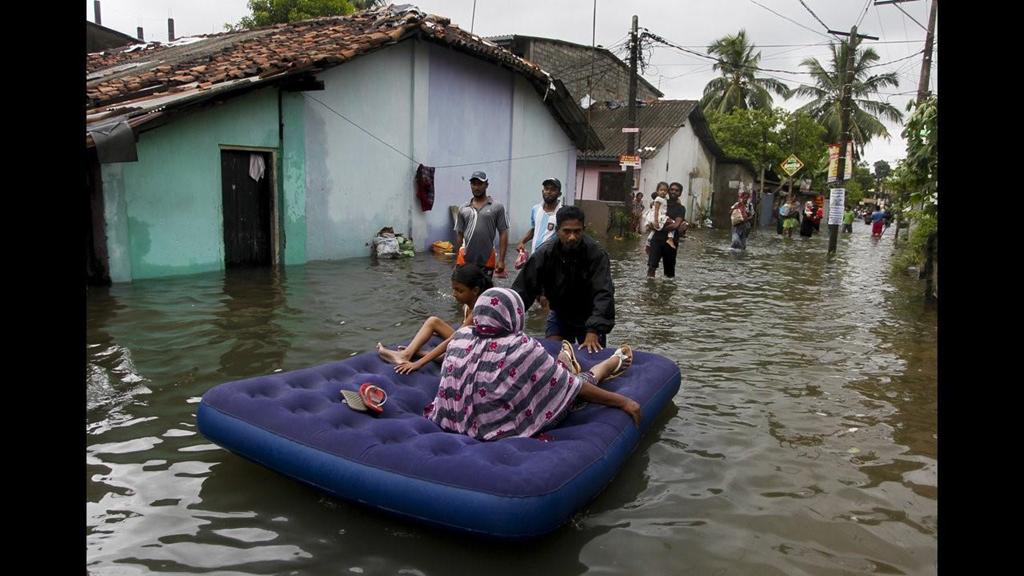 Mùa mưa bão, đường cũng thành sông, xe trở thành thuyền 9a