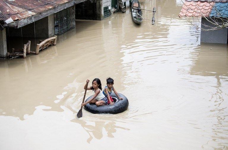 Mùa mưa bão, đường cũng thành sông, xe trở thành thuyền 11a