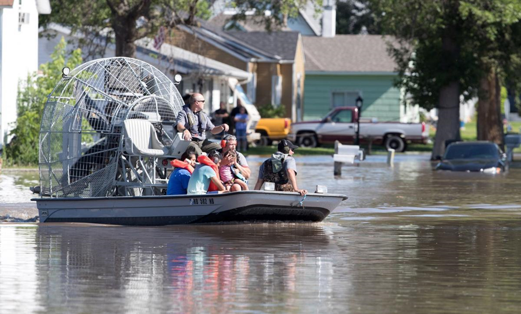 Mùa mưa bão, đường cũng thành sông, xe trở thành thuyền 7a