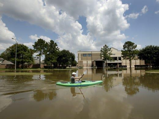 Mùa mưa bão, đường cũng thành sông, xe trở thành thuyền 6a