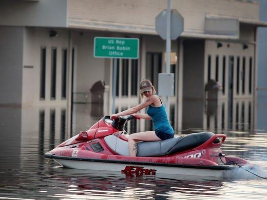 Mùa mưa bão, đường cũng thành sông, xe trở thành thuyền 5a