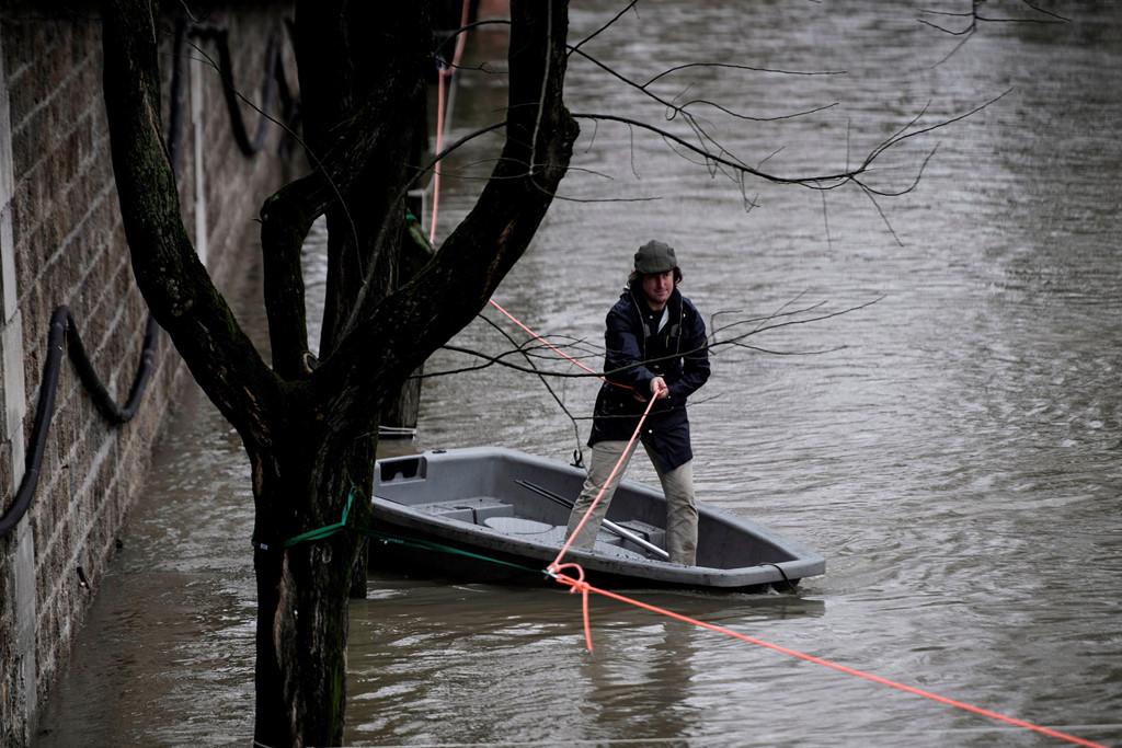 Mùa mưa bão, đường cũng thành sông, xe trở thành thuyền 4a