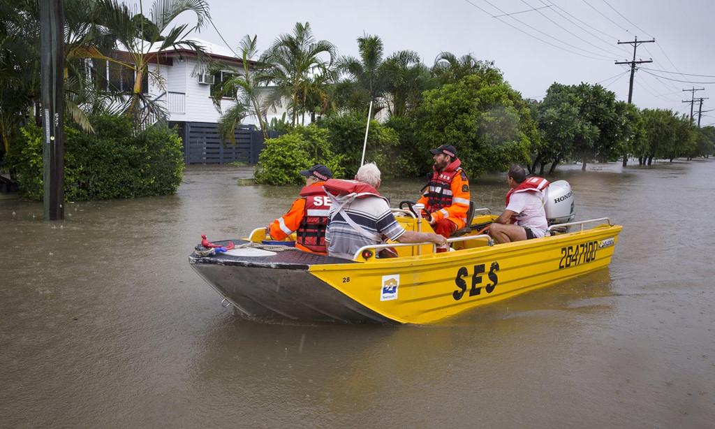 Mùa mưa bão, đường cũng thành sông, xe trở thành thuyền 8a