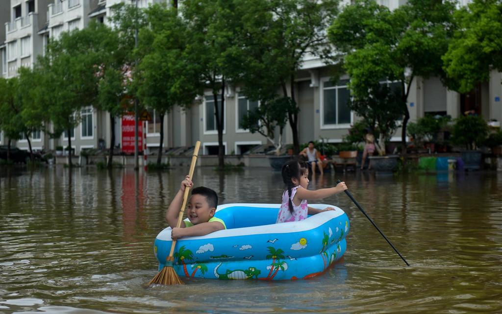 Mùa mưa bão, đường cũng thành sông, xe trở thành thuyền 1a