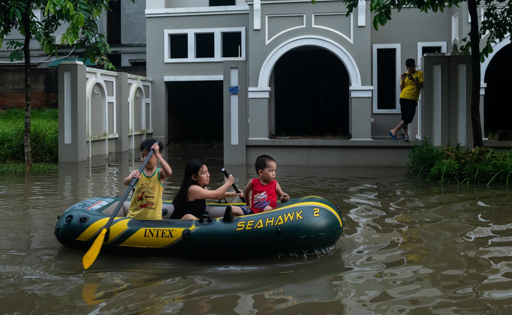 Mùa mưa bão, đường cũng thành sông, xe trở thành thuyền 2a