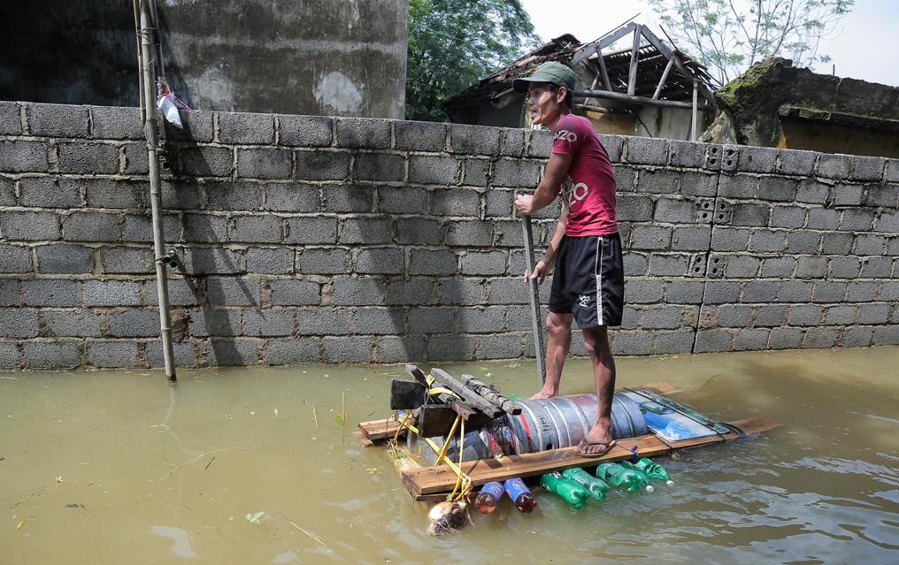 Mùa mưa bão, đường cũng thành sông, xe trở thành thuyền 3a
