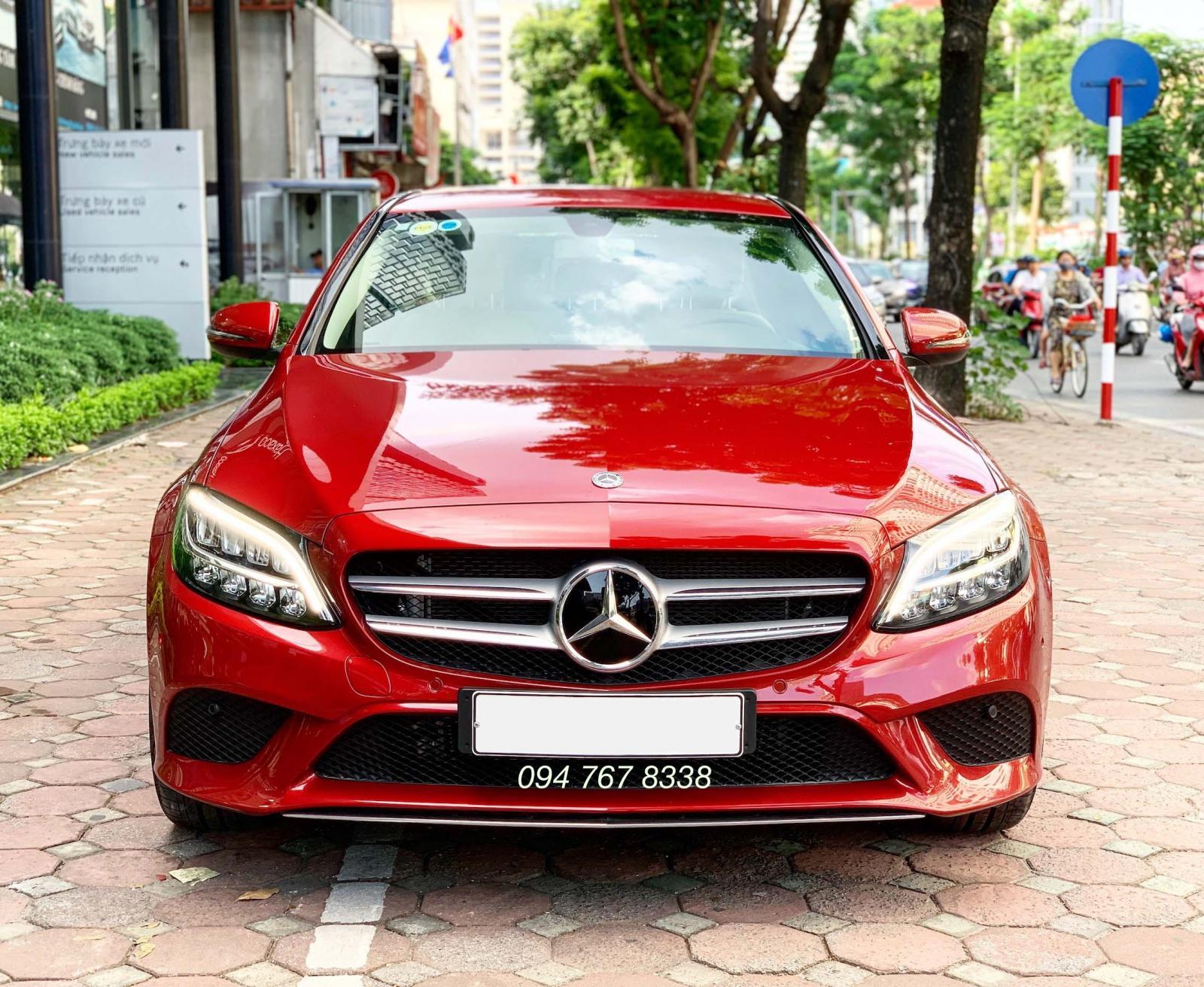 Cần bán gấp Mercedes C200 2019 màu đỏ chạy lướt giá cực tốt