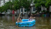 Mùa mưa bão, đường cũng thành sông, xe trở thành thuyền